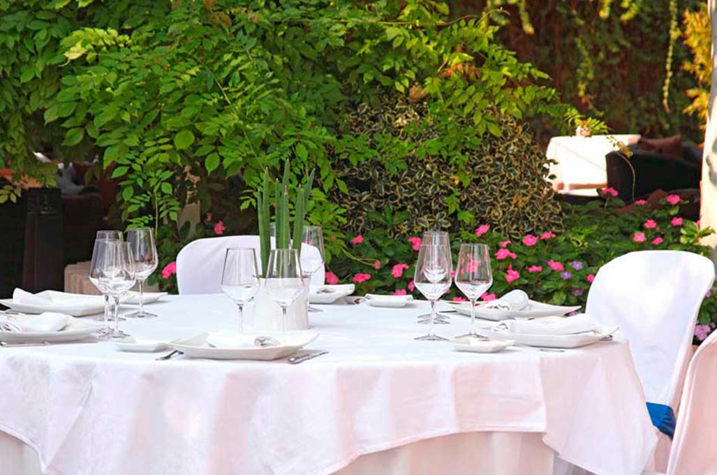Boda y ceremonia en un jardín de Toledo
