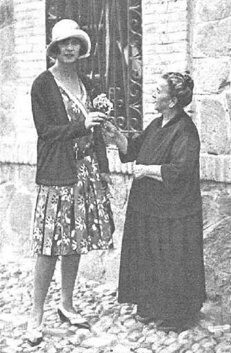 La dueña del restaurante en Toledo Venta de Aires entrega un ramo de flores a la Princesa María José de Bélgica en 1929