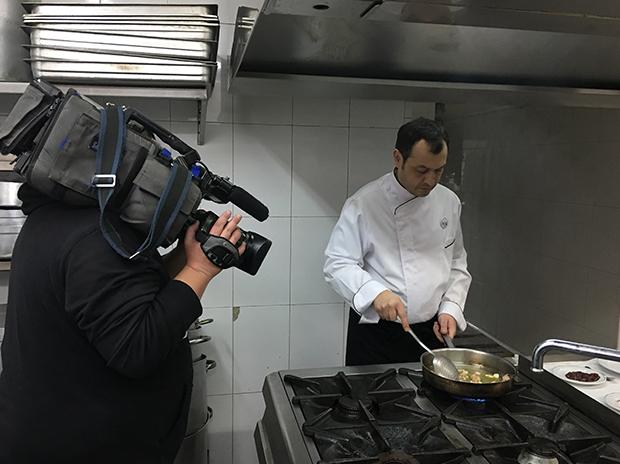 Nacho díaz de la Cuerda cocinando en Venta de Aires