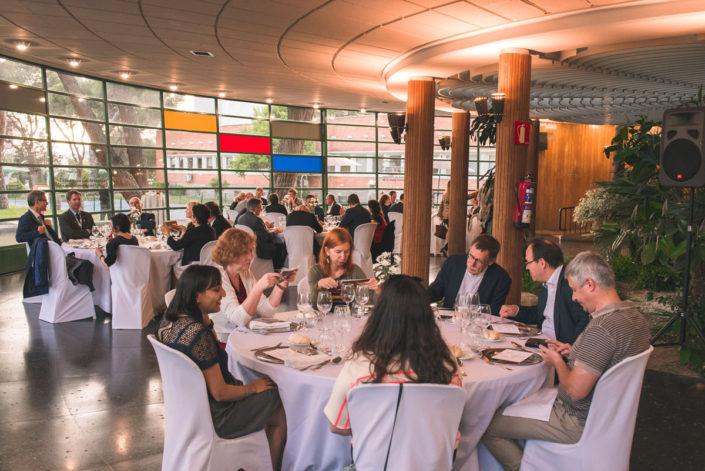 Comensales en la cena en el salón del Instituto Eduardo Torroja