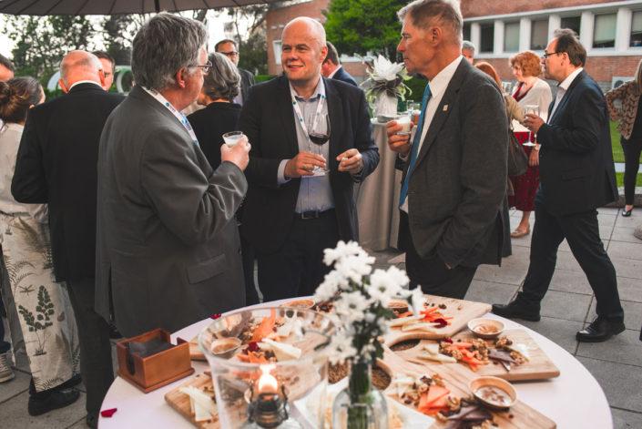 Comensales en el catering de empresas en el exterior en Madrid