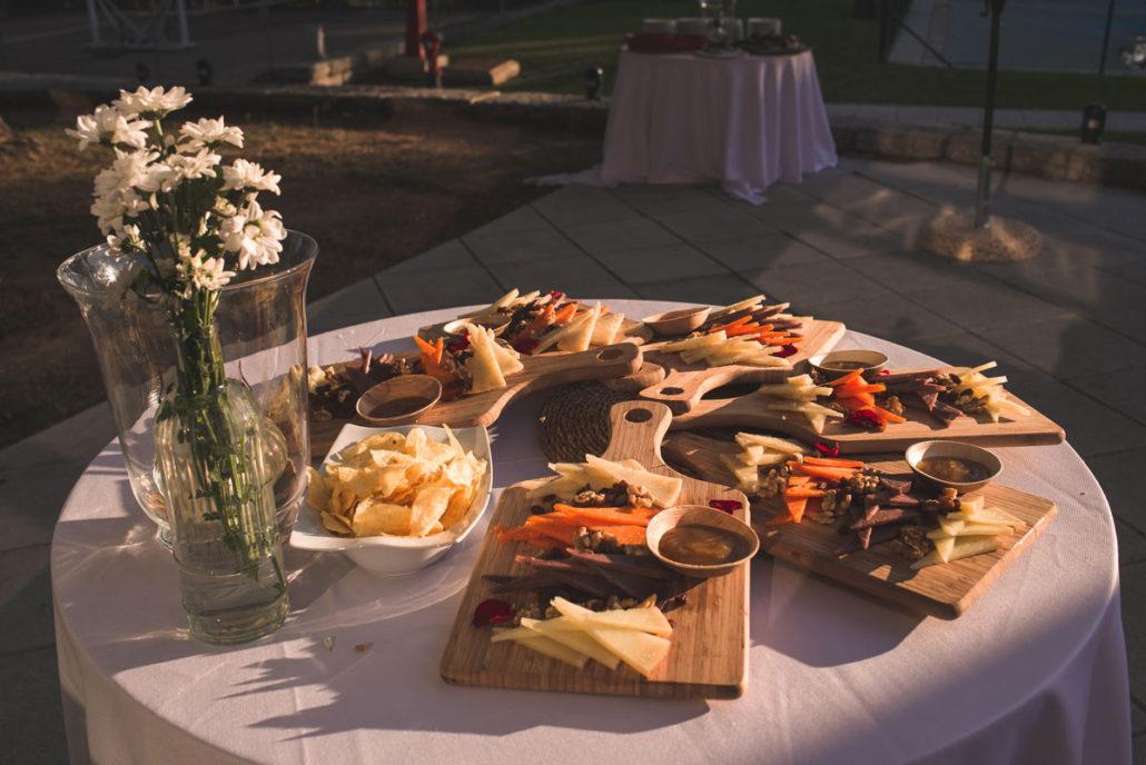 Bandeja de quesos en catering al aire libre