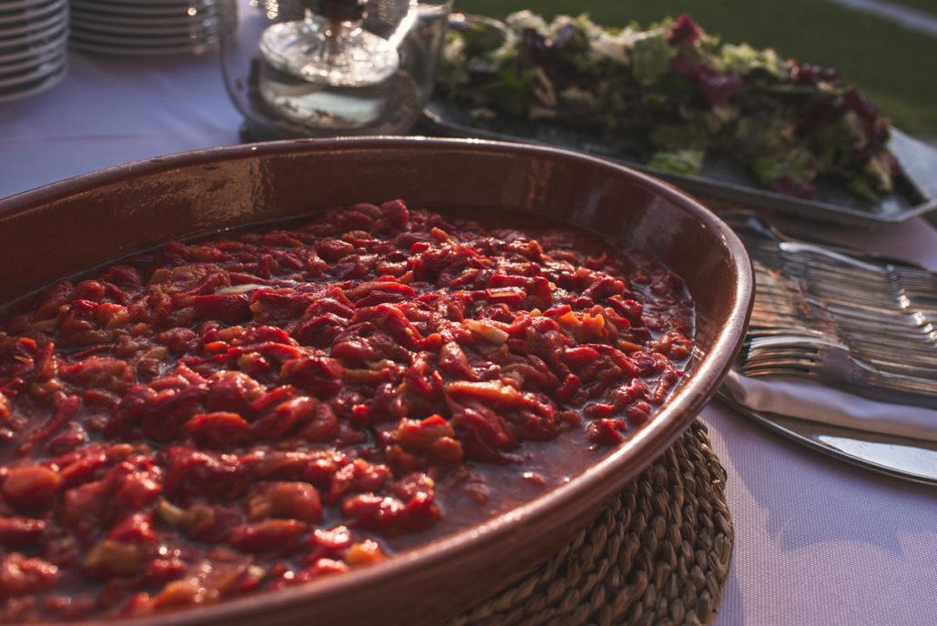 Picoteo de bienvenida en el catering al aire libre