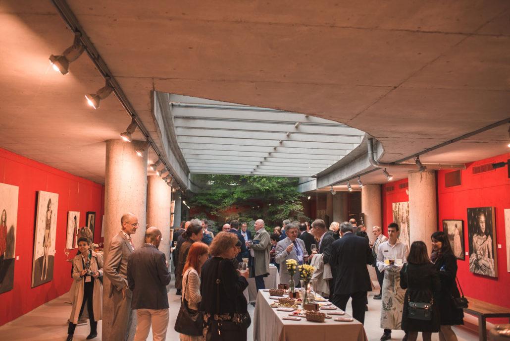 Comensales en el catering de bienvenida en el Jardín Botánico