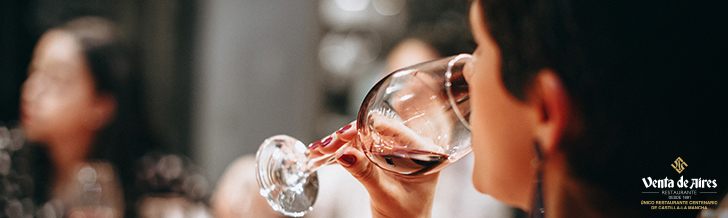Vinos Tierra de Castilla La Mancha mujer bebiendo vino