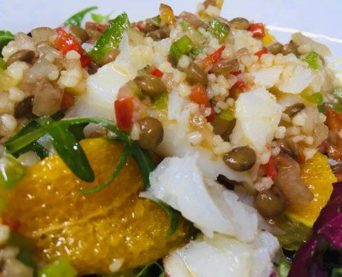 Ensalada de bacalao y naranja con vinagreta de lenteja verde y quinoa menú del día