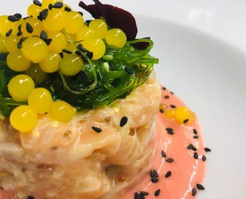 Tartar de salmón sobre salmorejo de fresón y Perlas de cítricos menú del día - VENTA DE AIRES, DESDE 1891