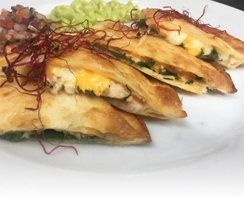Quesadilla de pollo a las finas hierbas con guacamole y pico gallo