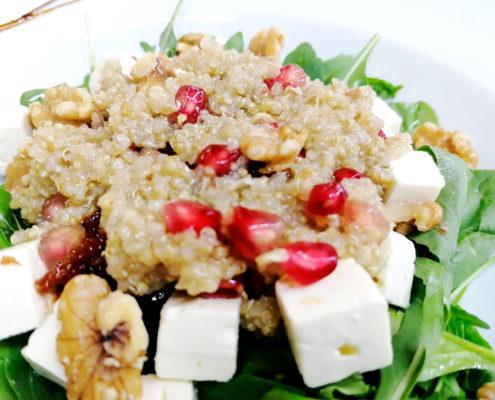 Brotes de espinacas, rúcula, queso feta y vinagreta de quinoa y granada