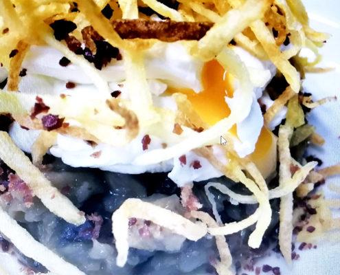 Huevos poche con berenjena guisada, patatas pajas y jamón seco
